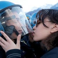 """Ý: Truy tố nữ sinh """"quấy rối tình dục"""" cảnh sát"""