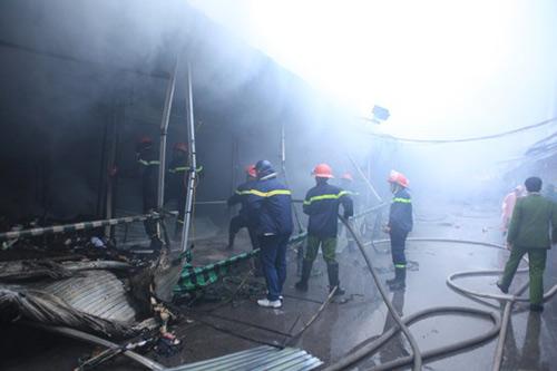 HN: Cháy chợ Xanh, tiểu thương ôm hàng bỏ chạy - 1