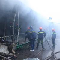 HN: Cháy chợ Xanh, tiểu thương ôm hàng bỏ chạy