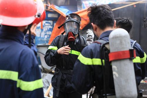 HN: Cháy chợ Xanh, tiểu thương ôm hàng bỏ chạy - 10