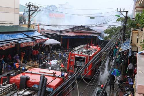 HN: Cháy chợ Xanh, tiểu thương ôm hàng bỏ chạy - 4