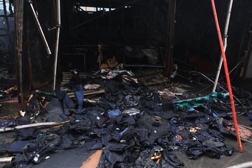 HN: Cháy chợ Xanh, tiểu thương ôm hàng bỏ chạy - 5