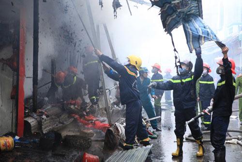 HN: Cháy chợ Xanh, tiểu thương ôm hàng bỏ chạy - 11
