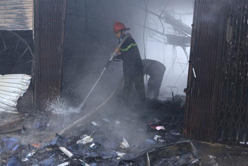 HN: Cháy chợ Xanh, tiểu thương ôm hàng bỏ chạy - 6