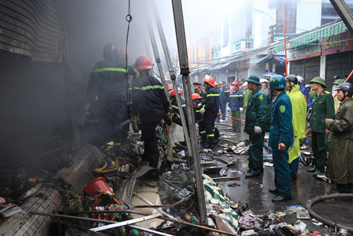 HN: Cháy chợ Xanh, tiểu thương ôm hàng bỏ chạy - 12