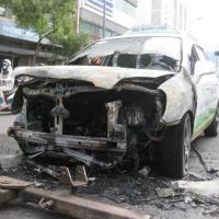 Taxi bốc cháy, tài xế, khách tung cửa tháo chạy