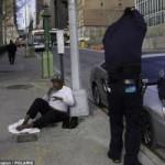 Tin tức trong ngày - Cảnh sát New York cởi áo tặng người vô gia cư