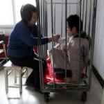 Tin tức trong ngày - TQ: Mẹ nhốt con trong cũi sắt suốt hơn 40 năm