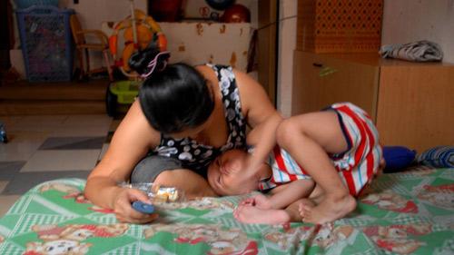 Bé bị bảo mẫu đánh: Đòi mẹ buộc chân, ú ớ nói khi ngủ - 1