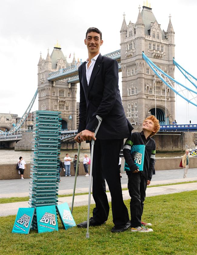 Sultan Kosen được ghi danh vào sách kỉ lục thế giới là người đàn ông cao nhất thế giới. Anh cao 2,51m.