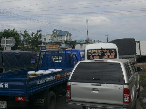 Xe quá tải bị lún, gây kẹt xe kinh hoàng - 2