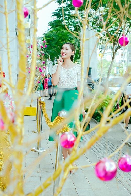 Mẫu Việt trẻ trung trên phố Giáng sinh - 1