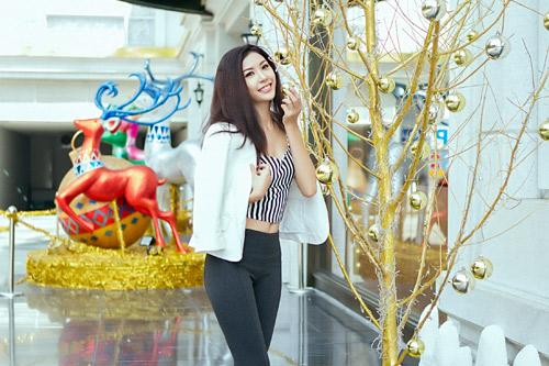 Mẫu Việt trẻ trung trên phố Giáng sinh - 14