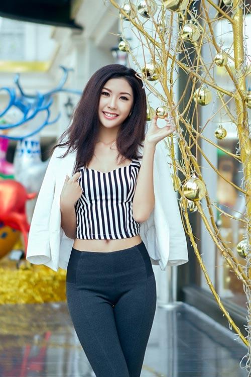 Mẫu Việt trẻ trung trên phố Giáng sinh - 13