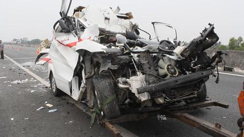 Xe cứu thương đâm xe tải, 3 người tử vong - 1