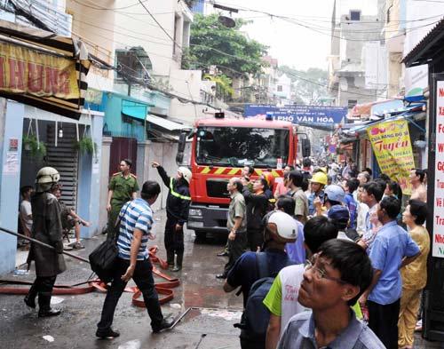 TP.HCM: Cháy nhà sát chợ, tiểu thương nháo nhào - 1