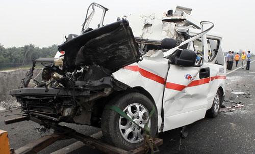 Hiện trường xe cấp cứu gặp nạn, 3 người chết - 1