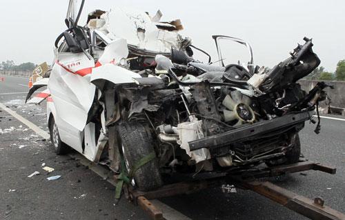 Hiện trường xe cấp cứu gặp nạn, 3 người chết - 2