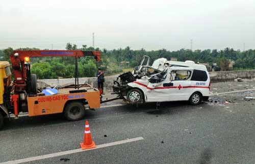 Hiện trường xe cấp cứu gặp nạn, 3 người chết - 6