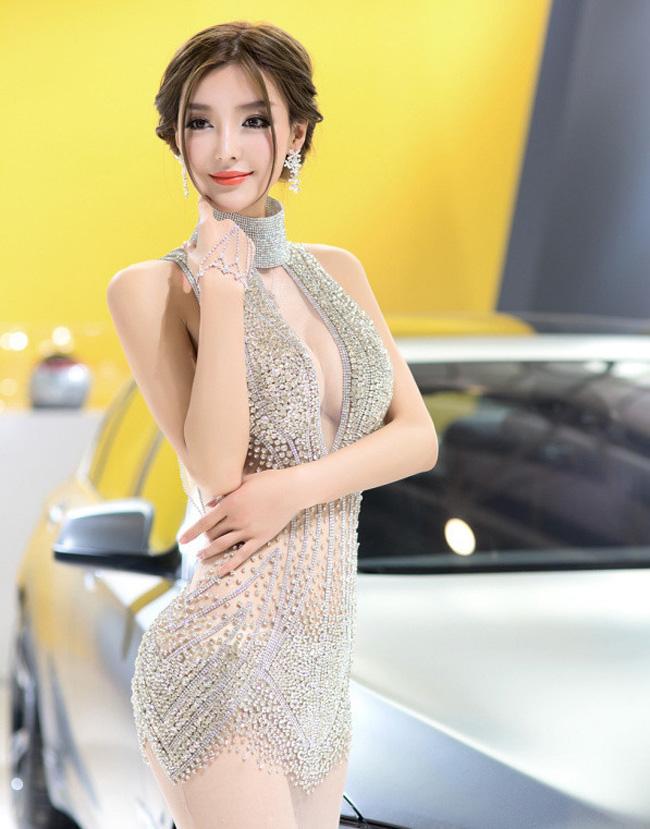 """Tại một triển lãm ô tô Trung Quốc, người đẹp đã làm tất cả những ai có mặt trong buổi triển lãm được một phen  """" tắm mắt """"  bằng chiếc áo mỏng hơn vải màn, và đính những viên đá lấp lánh vô cùng gợi cảm."""