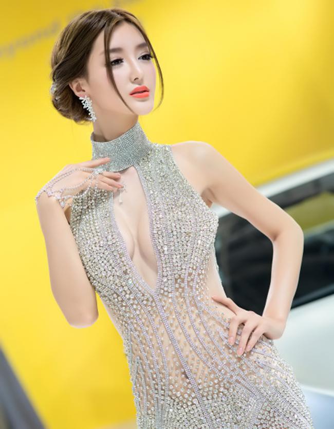 """Siêu vòng 3  """" nóng """"  hơn cả xế độ  Dàn chân dài xinh như  """" mộng """"  tại triển lãm xe   """" Dậy sóng """"  hình ảnh chân dài rửa xe  Thiên thần  ' sexy '  Hwang Mi Hee hớp hồn bên xe"""