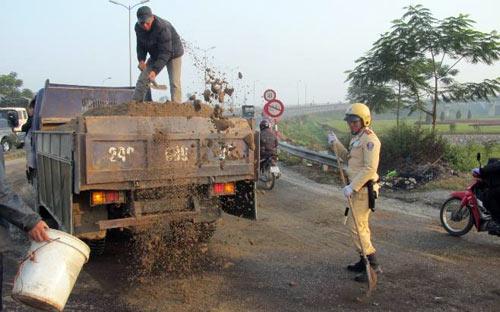 Xe khách tràn dầu, CSGT quét cát chống trơn - 1