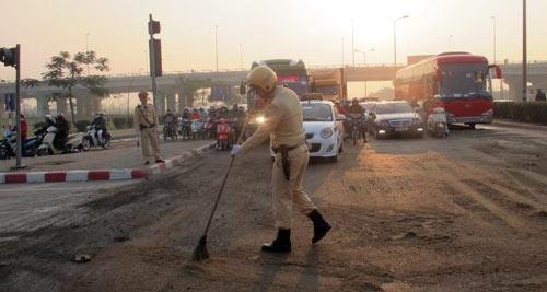 Xe khách tràn dầu, CSGT quét cát chống trơn - 2