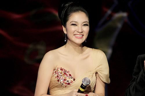 Khoe ngực đầy khéo như Nguyễn Thị Huyền - 1