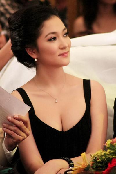 Khoe ngực đầy khéo như Nguyễn Thị Huyền - 10