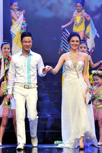 Khoe ngực đầy khéo như Nguyễn Thị Huyền - 13