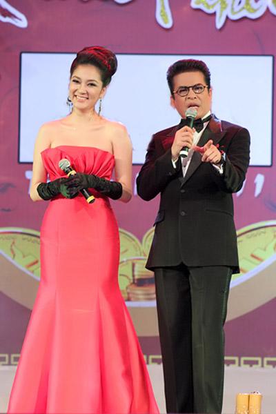 Khoe ngực đầy khéo như Nguyễn Thị Huyền - 14