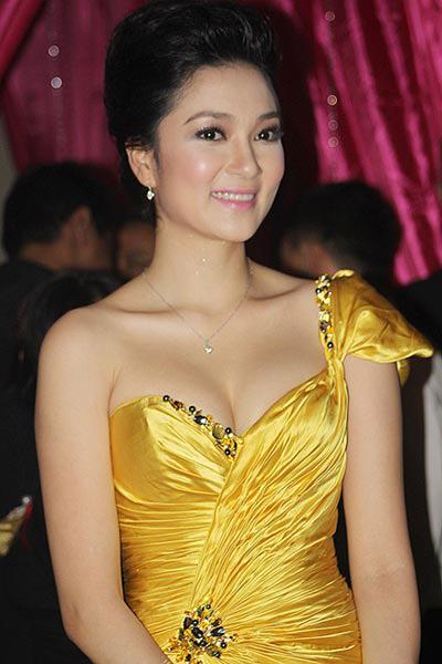 Khoe ngực đầy khéo như Nguyễn Thị Huyền - 15