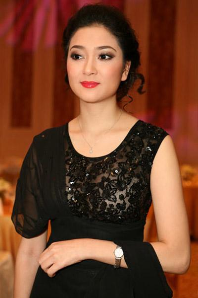 Khoe ngực đầy khéo như Nguyễn Thị Huyền - 16