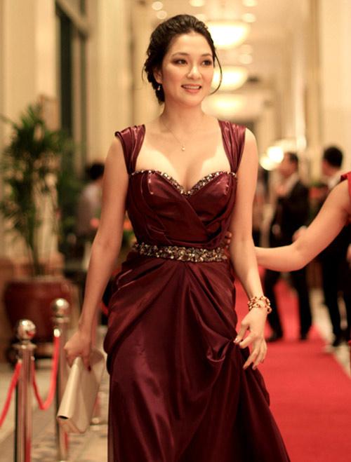 Khoe ngực đầy khéo như Nguyễn Thị Huyền - 5