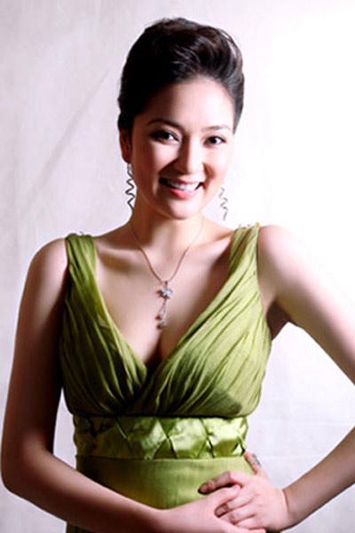 Khoe ngực đầy khéo như Nguyễn Thị Huyền - 2