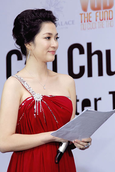 Khoe ngực đầy khéo như Nguyễn Thị Huyền - 6