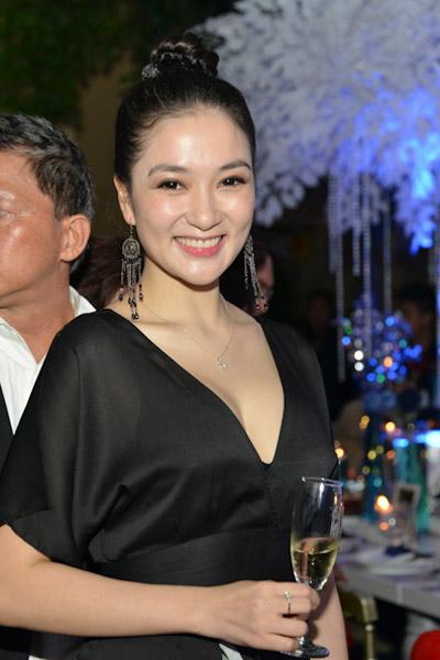 Khoe ngực đầy khéo như Nguyễn Thị Huyền - 9