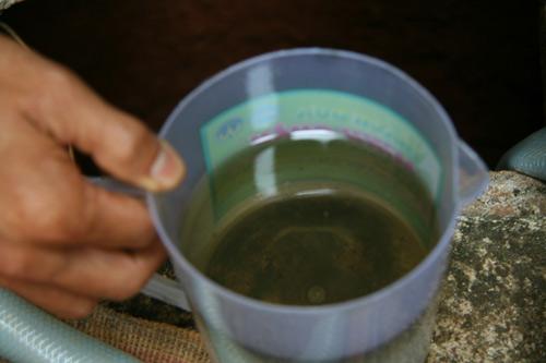 Dân múc xăng ở giếng về dùng: Do bồn xăng rò rỉ - 2