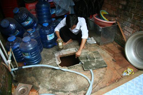 Dân múc xăng ở giếng về dùng: Do bồn xăng rò rỉ - 1