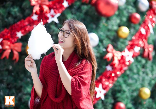 Diện chiếc áo len đỏ, Thu Trang nổi bật bên cây thông noel