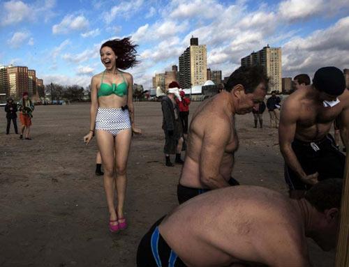Ảnh ấn tượng: Thiếu nữ TQ múa cột dưới trời lạnh - 10