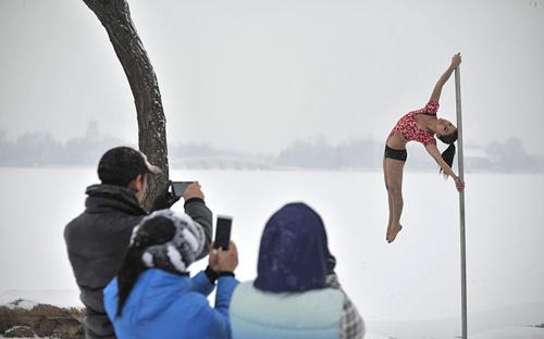 Ảnh ấn tượng: Thiếu nữ TQ múa cột dưới trời lạnh - 1
