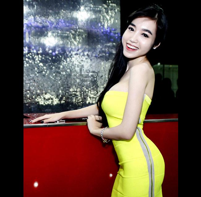 """Elly Trần  """" cong veo """"  trước ống kính"""