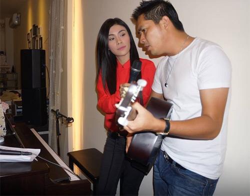Uyên Trang, Phi Nhung đón Noel với buôn làng - 6