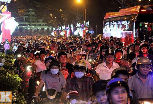 """Sài Gòn """"kẹt cứng"""" vì dòng người đón Noel sớm - 1"""