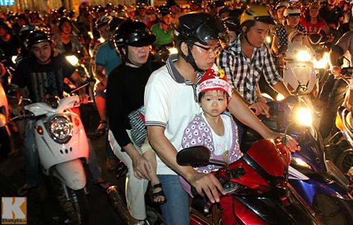 """Sài Gòn """"kẹt cứng"""" vì dòng người đón Noel sớm - 3"""