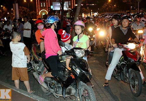 """Sài Gòn """"kẹt cứng"""" vì dòng người đón Noel sớm - 4"""