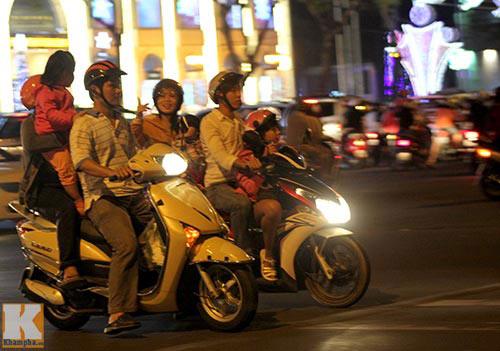 """Sài Gòn """"kẹt cứng"""" vì dòng người đón Noel sớm - 5"""