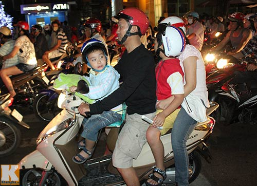 """Sài Gòn """"kẹt cứng"""" vì dòng người đón Noel sớm - 6"""
