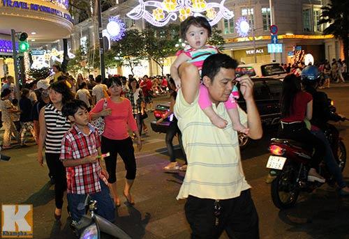 """Sài Gòn """"kẹt cứng"""" vì dòng người đón Noel sớm - 9"""